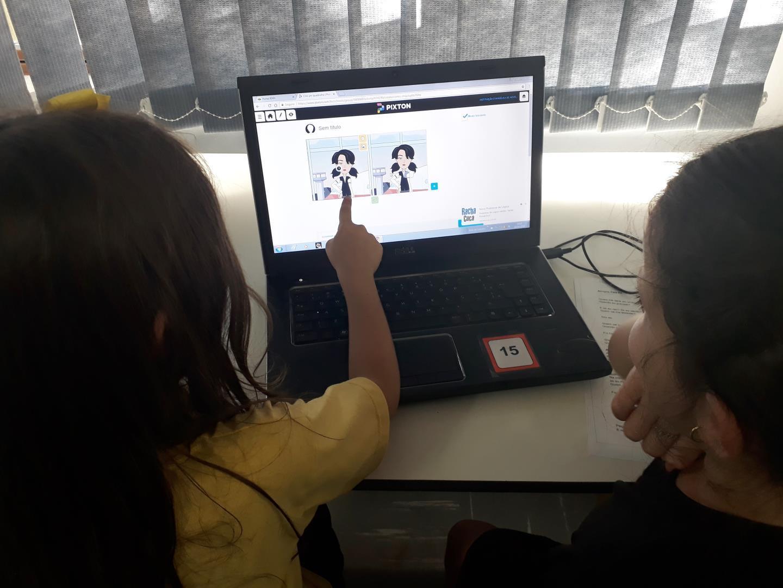 Alunos utilizam recursos tecnológicos para criação de histórias sobre a amizade