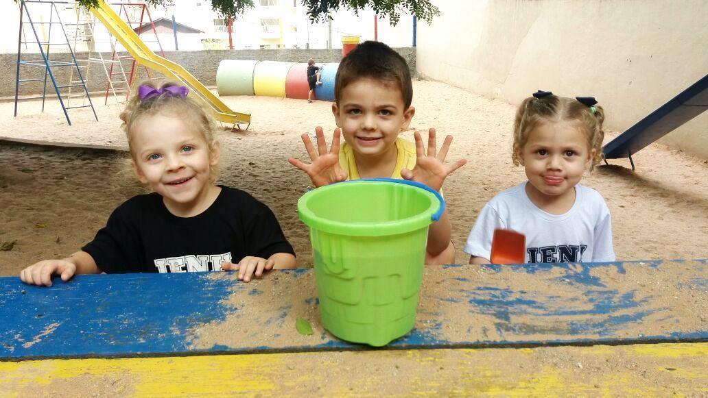 Bolhas de sabão, pinturas e muito mais nos primeiros dias de aula do Espaço Brincar e Criar
