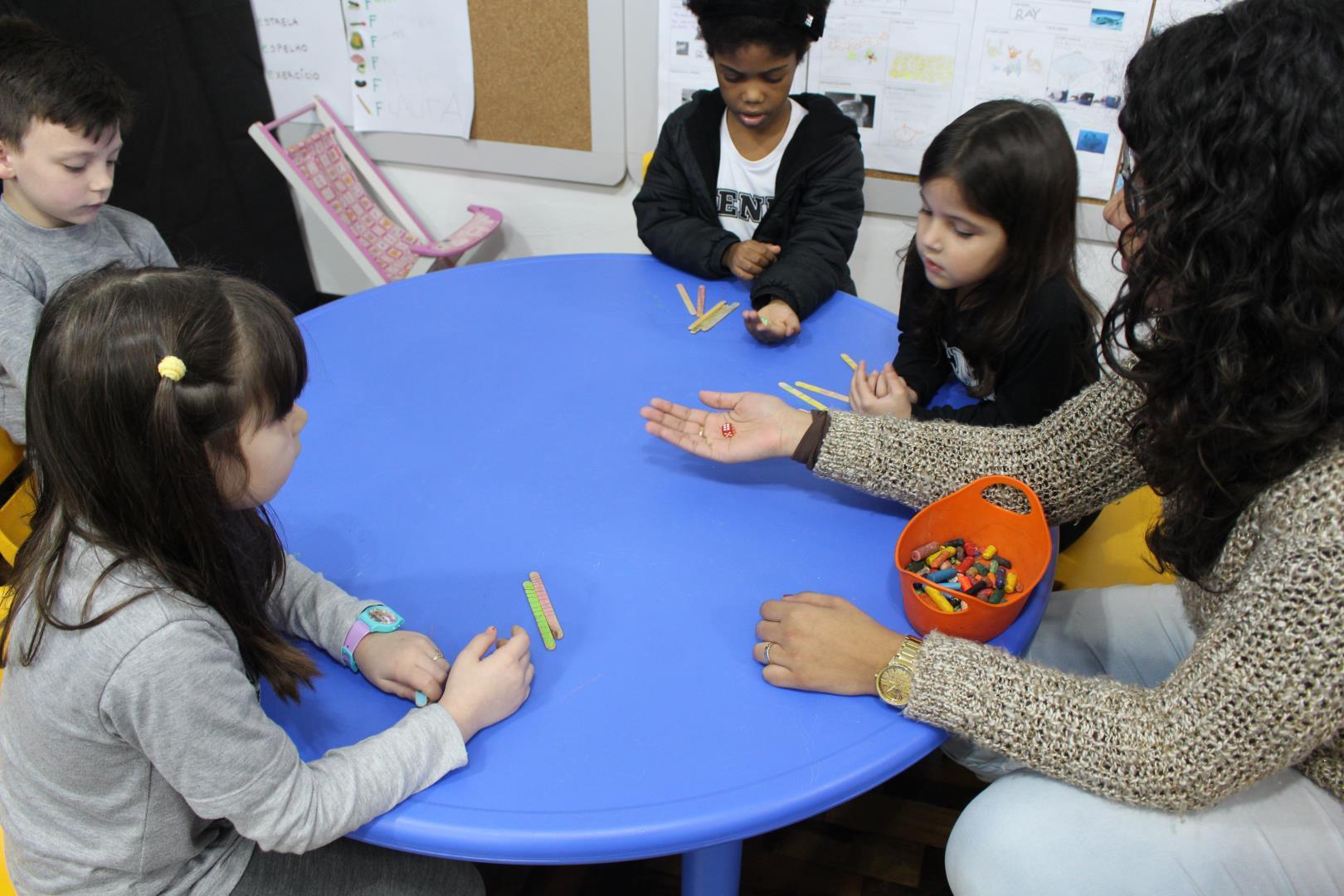 Crianças do Currículo Bilíngue da IENH desenvolvem raciocínio lógico-matemático com desafio