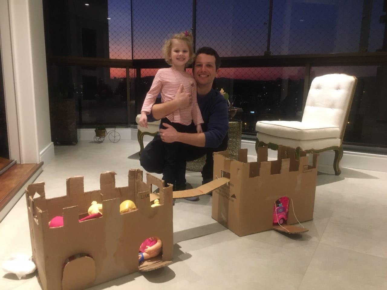 Crianças dos Níveis 4 e suas famílias realizam construções com caixas de papelão