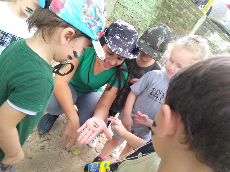 Educação Infantil da IENH realiza expedição investigativa pelo pátio da Unidade Oswaldo Cruz