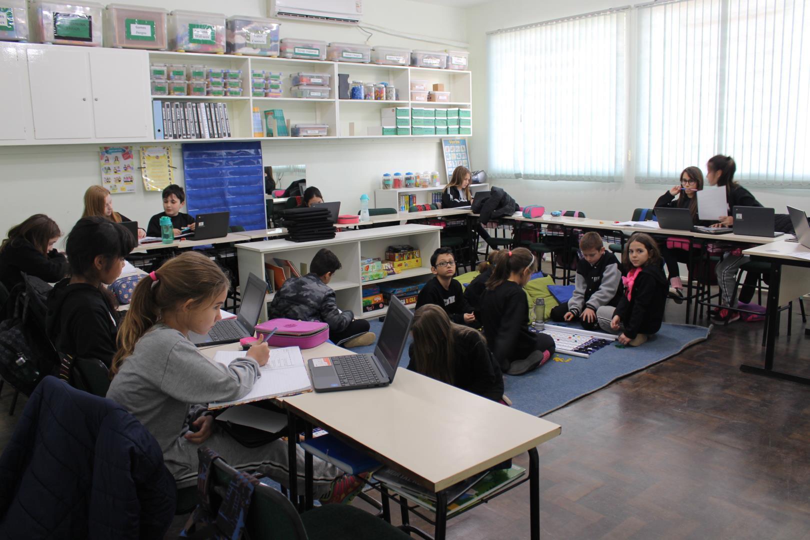 Estudantes da IENH aprendem operações matemáticas por meio de jogos e da plataforma Khan Academy