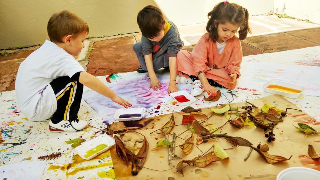 Exploração de elementos naturais possibilita atividades artísticas no Espaço Brincar e Criar