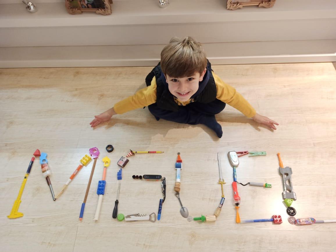 Níveis 5 em: construindo o nome com objetos de forma criativa