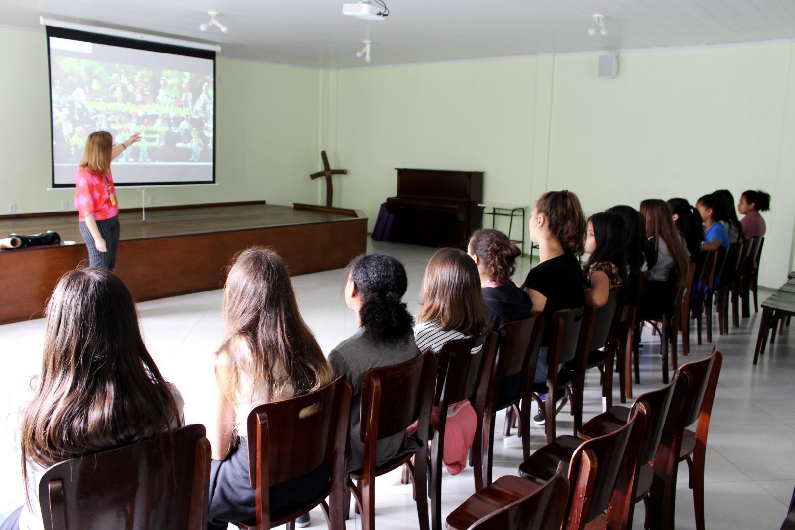 Seminário de Adolescência oportuniza novos aprendizados no Programa Cultural Arte em Movimento