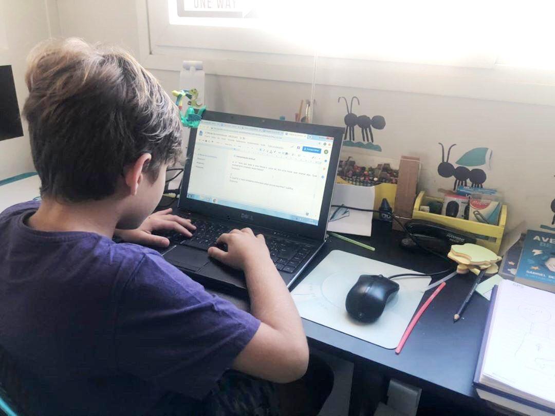 Tecnologia possibilita que estudantes da IENH acompanhem aulas de casa