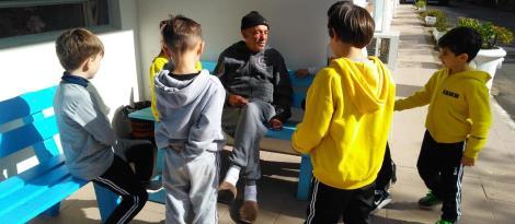 Alunos da IENH entregam donativos arrecadados em atividade dos 100th Day of School
