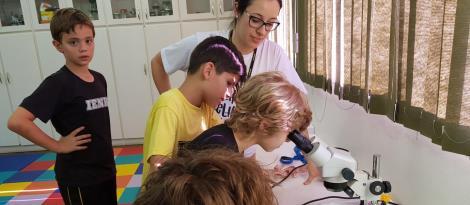 Alunos do 4º ano vivenciam momento de 5º ano: uma aula geoambiental