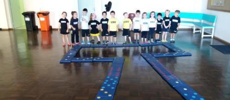 Aprendendo matemática com jogo de dominó gigante