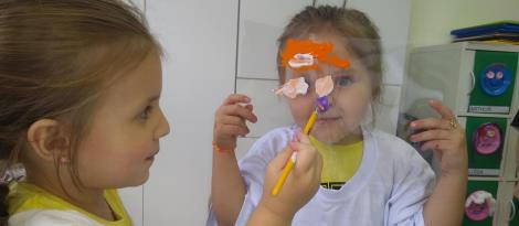 Aprendendo sobre as partes do rosto e interagindo com colegas