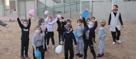 """Atividade """"Bye bye, balloon"""" une diversão e aprendizado na Unidade Pindorama"""