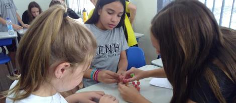 Aula de Programação no Currículo Bilíngue incentiva a persistência diante dos desafios