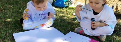 Bolhas de sabão coloridas ao ar livre: tarde ensolarada e de descoberta para Nível 3A
