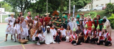 Clima natalino chega na IENH por meio de desfile temático