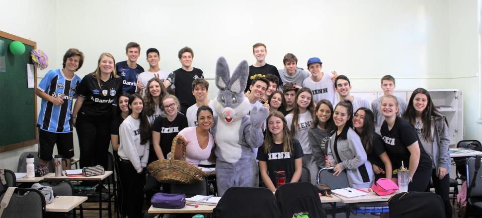Coelho da Páscoa visita alunos da Unidade Fundação Evangélica