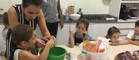 Cooking class trabalha a coletividade com as crianças do Currículo Bilíngue da IENH