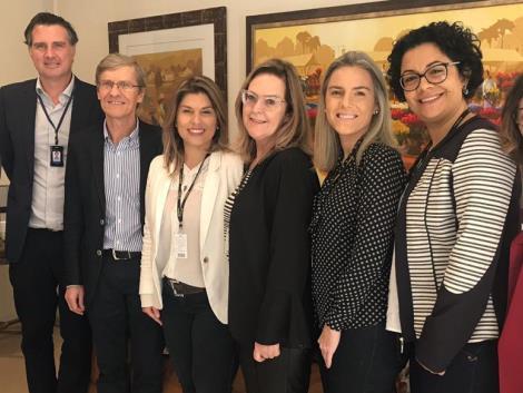 Coordenadores da IENH visitam escola de Porto Alegre para discutir atividades no Currículo Bilíngue