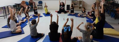 Crianças da Educação Infantil da IENH vivenciam aula de yoga de forma lúdica