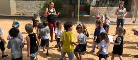 Crianças do Currículo Bilíngue realizam tour pela Unidade Pindorama para explorar a língua inglesa