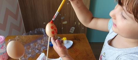 Crianças do Nível 3 da Unidade Pindorama realizam plantio de cenoura em estudos sobre a Páscoa