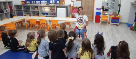 Crianças do Nível 4B da Educação Infantil aprendem sobre unidade de medida