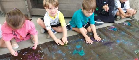 Crianças dos Níveis 3 exploram os sentidos a partir de atividade com grude caseiro