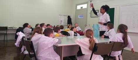 Educação Infantil da IENH desenvolve experimento para verificar curiosidades sobre a respiração