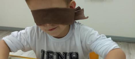 Educação Infantil da IENH trabalha a importância da visão a partir de pintura sensorial