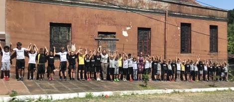 Estudantes do Ensino Fundamental abraçam prédio da Evangelische Gemeinde Schule