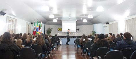 Ex-aluno da IENH conversa com estudantes do Ensino Médio sobre produção de curta-metragem