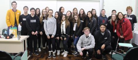 Experiências internacionais são compartilhadas com alunos dos 9°s anos do Ensino Fundamental da IENH