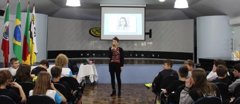Finanças e investimentos são temas de palestra na língua inglesa para estudantes da IENH