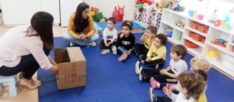 Hora do conto em inglês e parceria com as famílias no Nível 2B
