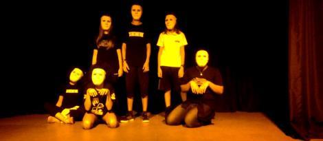Interpretando com máscaras nas aulas de Teatro