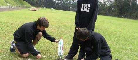 Estudantes do Ensino Médio lançam foguetes