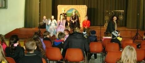 Teatro A caixinha mágica diverte estudantes do Pindorama