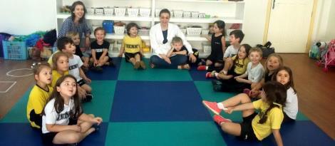 Nutricionista prepara bolo saudável com alunos do Nível 4B