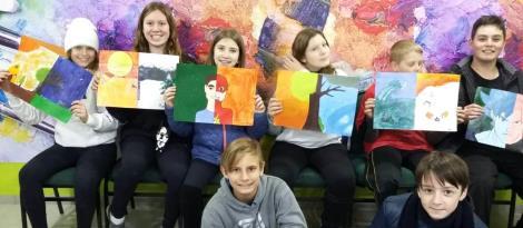 Pinturas com cores quentes e frias na aula de Artes