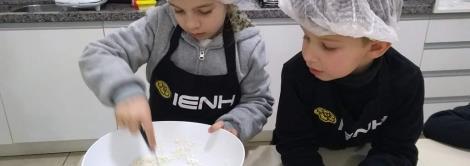 Preparando waffles e aprendendo Inglês na cooking class